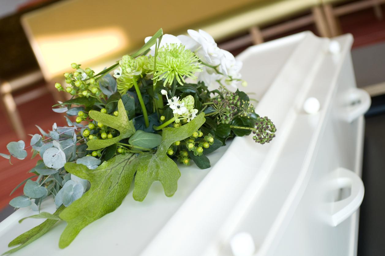 blomster på hvit kiste
