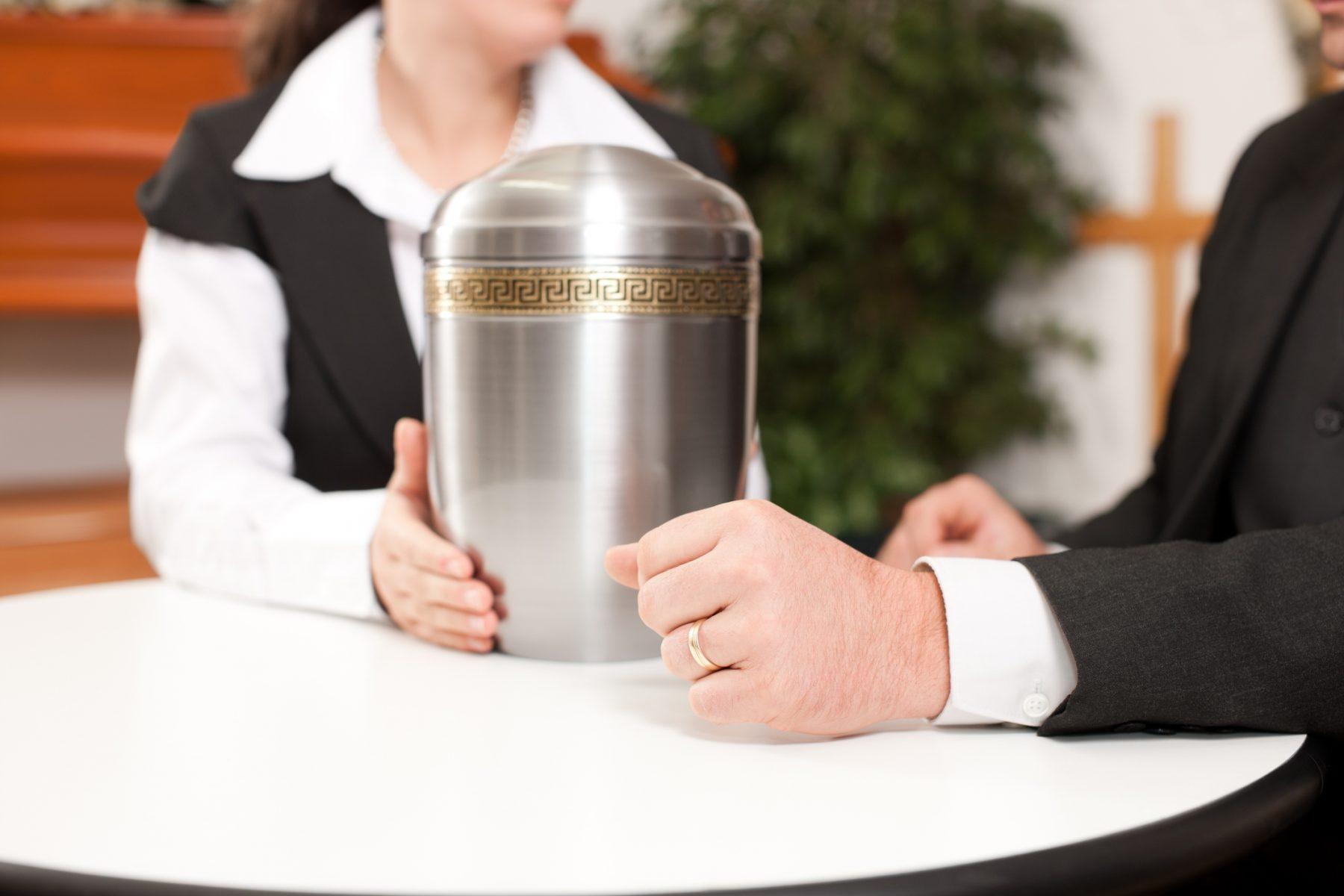 to mennesker og en urne