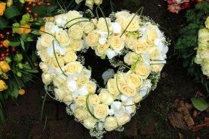 bårebukett roser hvitt hjerte